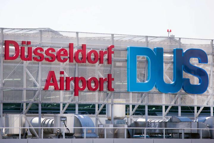 Blick auf das Logo am Flughafen Düsseldorf.