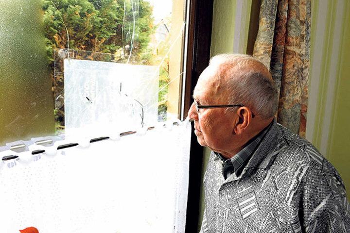 Gerhard Flachs vor der kaputten Scheibe.