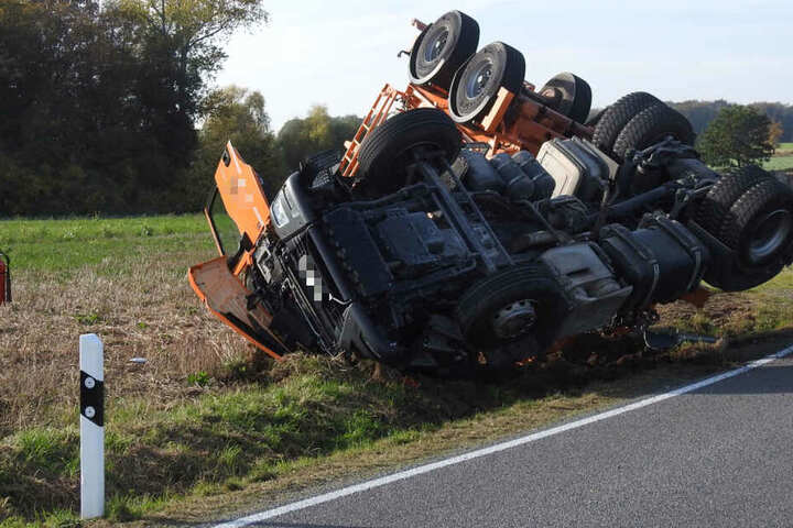 Der verletzte Fahrer konnte von Ersthelfern aus seinem eingedrückten Führerhaus befreit werden.