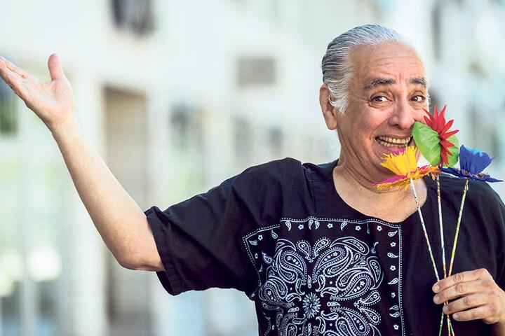 """Kaum zu glauben: Diese """"duftenden"""" Blumen sind allein aus Papier - in Sekundenschnelle gefaltet von Künstler Lorenzo Torres (60, F.)."""