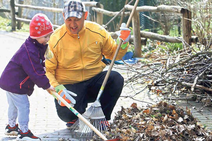 300 Helfer machten mit im Tierpark. Darunter viele Familien - wie  hier René Lasch mit Tochter Florance (2).
