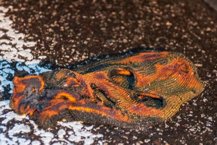 Die angesengte Sturmhaube wurde neben dem Wagen gefunden.