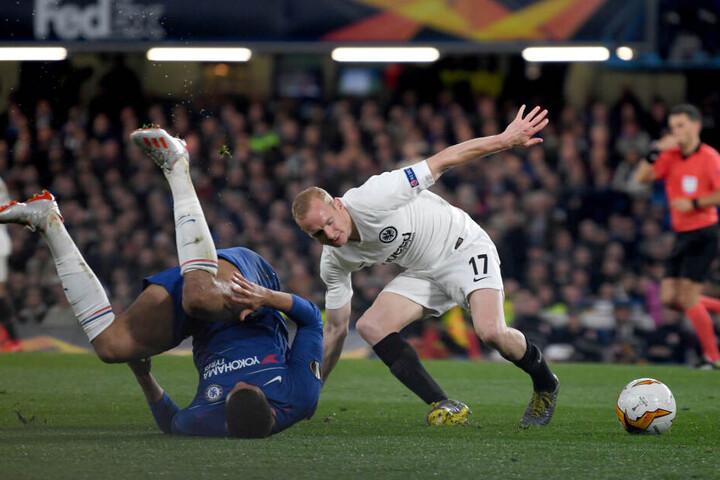 Sebastian Rode (re.) kämpft mit Ruben Loftus-Cheek um den Ball.