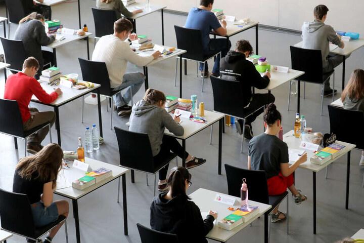 Die Abiturienten blieben brav auf ihren Plätzen sitzen (Symbolbild).