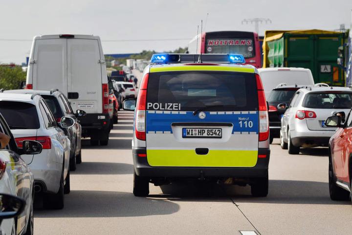 Die Polizei kümmert sich um den Unfall. (Symbolbild)