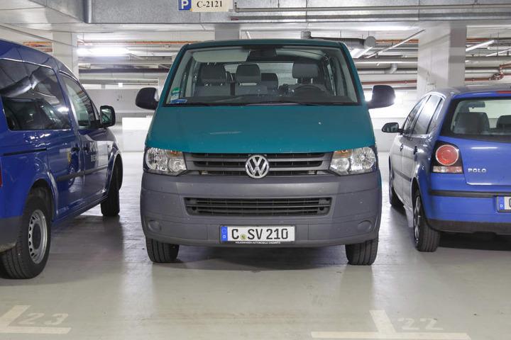 Sollte ausgemustert werden, hilft derzeit bei Umzügen von Flüchtlingen: Der VW T5 im Sozialamt hat 18 Dienstjahre auf dem Buckel.