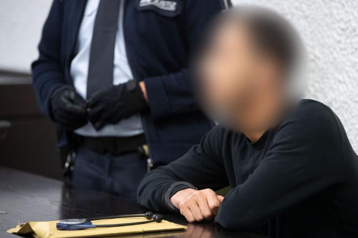 Dem 26-jährigen Angeklagten werden Verbindungen zur Terrormiliz Islamischer Staat (IS) nachgesagt.