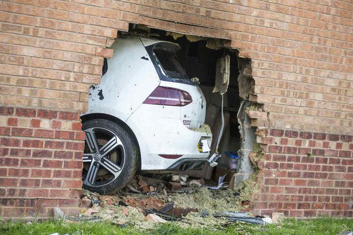 Vier Menschen wurden teils schwer verletzt, darunter ein Mann, der sich im Wohnzimmer des Hauses aufhielt.