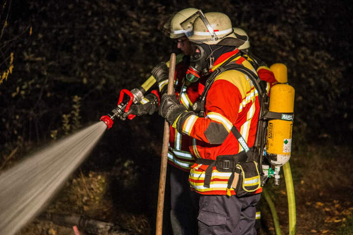 Die Feuerwehr löschte das lichterloh brennende Gartenhaus und den Stall.