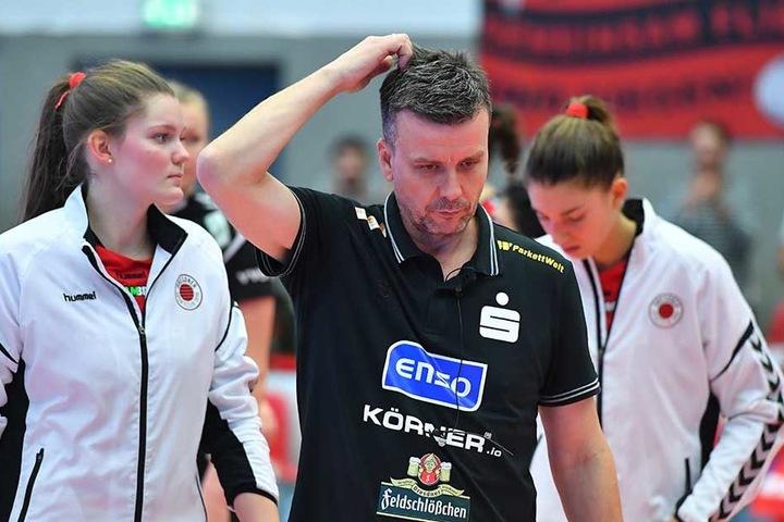 Trainer Alex Waibl kratzte sich am Kopf. Er fand mit seinem Team keine Lösungen gegen die starken Italienerinnen.