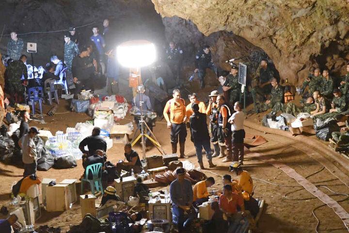 Suchmannschaften und Einsatzkräfte arbeiten an der Höhle, in der eine Gruppe Jugendfußballer und ihre Trainer gefangen waren.