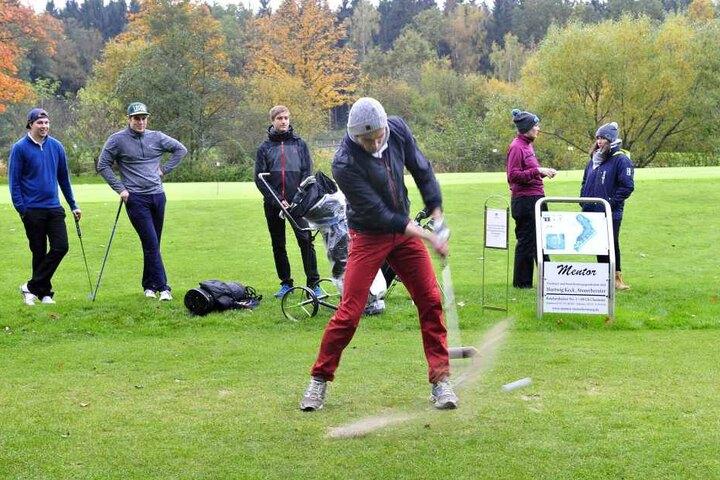 Aller Anfang ist schwer: Oliver Kabis (22) beim Abschlag. 42 Studenten von neun Universitäten golften in Klaffenbach.