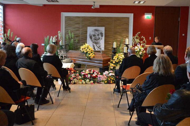 Zahlreiche Angehörige und Freunde haben der Schauspielerin die letzte Ehre erwiesen.