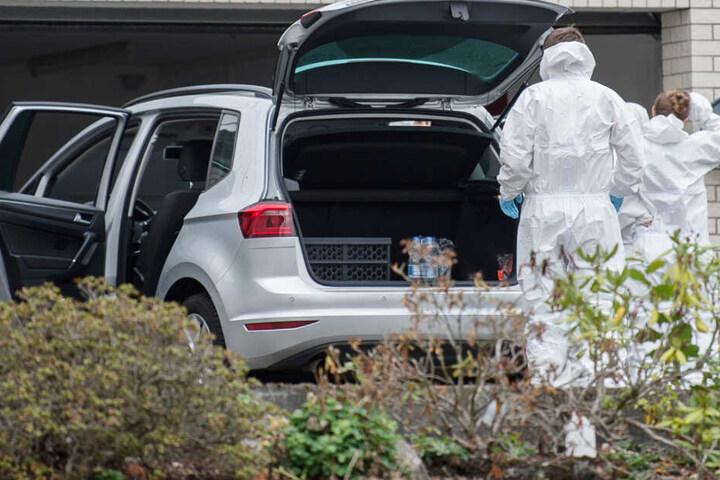 Das Foto zeigt Mitarbeiter der Spurensicherung vor der Garage, in welcher die Angeklagten sich wahrscheinlich umbringen wollten.