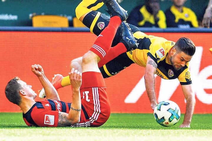 Immer alles geben, voller Einsatz! Niklas Kreuzer (r.) im Zweikampf mit dem Ingolstädter Marcel Gaus.