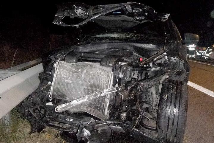 Der BMW wurde im Frontbereich vollkommen demoliert.
