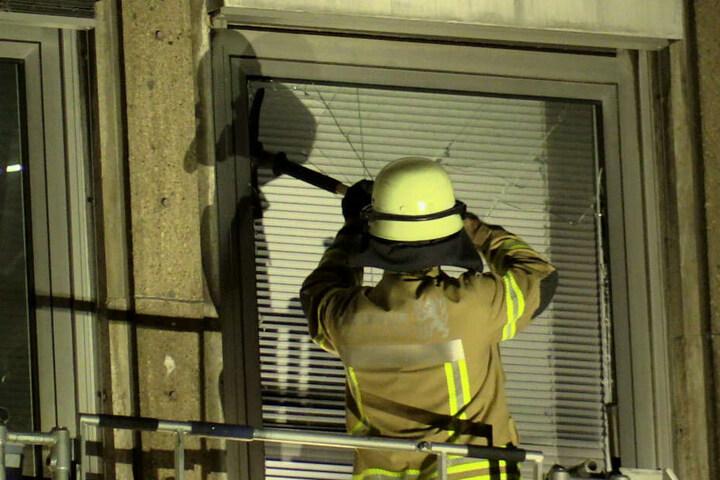 Die Einsatzkräfte musste sich teilweise mit Gewalt Zugang zum Gebäude verschaffen.