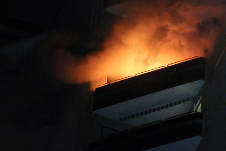Eine Wohnung in einem Hochhaus in der Storkower Straße steht in Flammen.