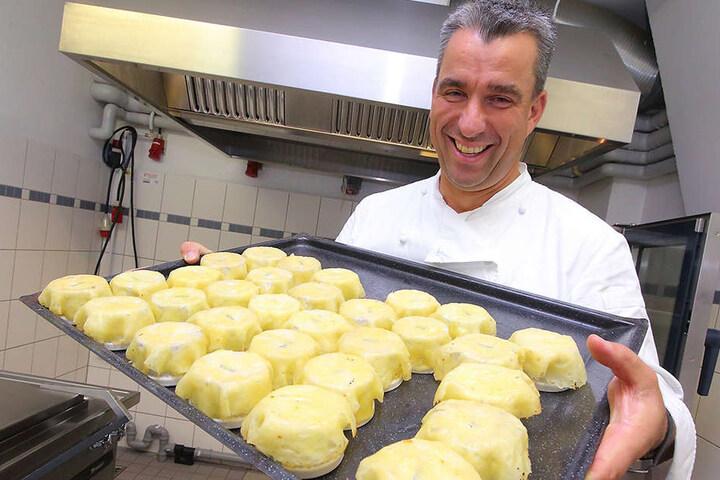 Noch lacht er … 1000 Käsenester muss Gourmet-Koch Gerd Kastenmeier (47) für den Leipziger Opernball formen.