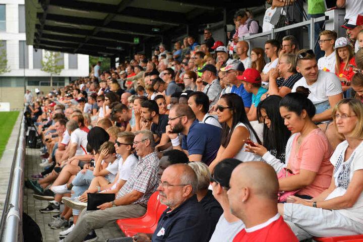 An die 1000 Zuschauer waren zum Trainingsauftakt an den Cottaweg gekommen.