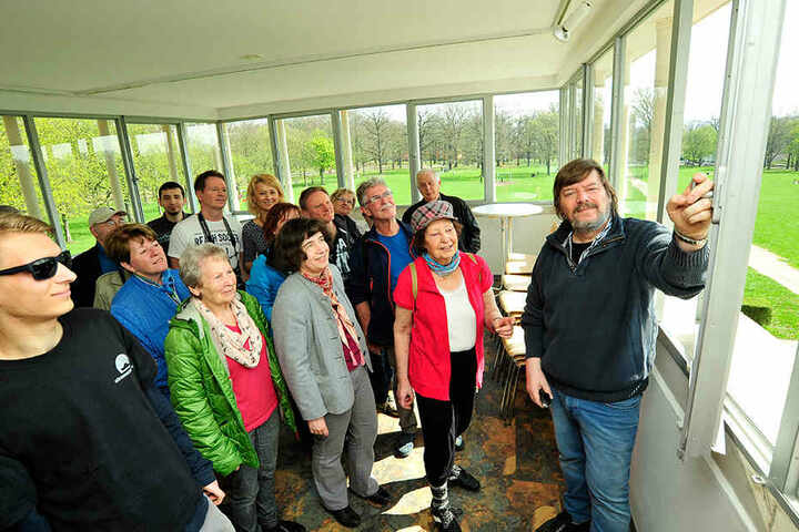 Besichtigung der Küchwaldbühne: Vereins-Boss Rolf Esche (64) erklärt den  Sanierungsfortschritt im Glaszimmer.