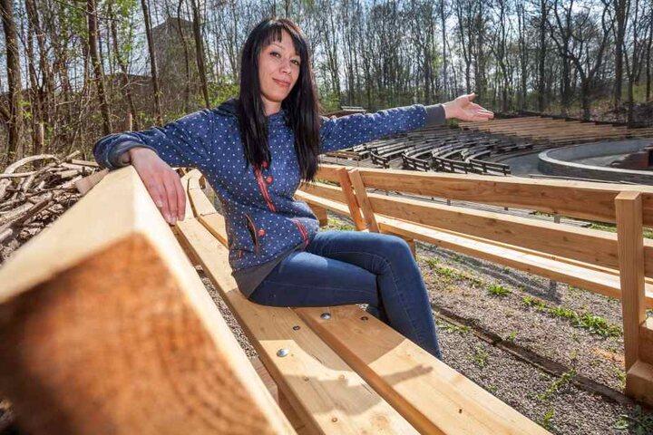 Mandy Wenzel (31) hat schonmal auf den neuen Zuschauerbänken der Küchwaldbühne Platz genommen.