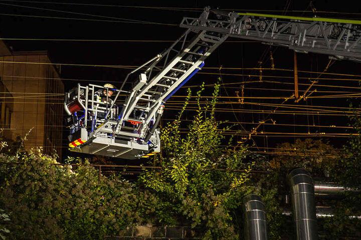 Mit einer Drehleiter musste die Feuerwehr den Mann aus dem Gleisbett retten.