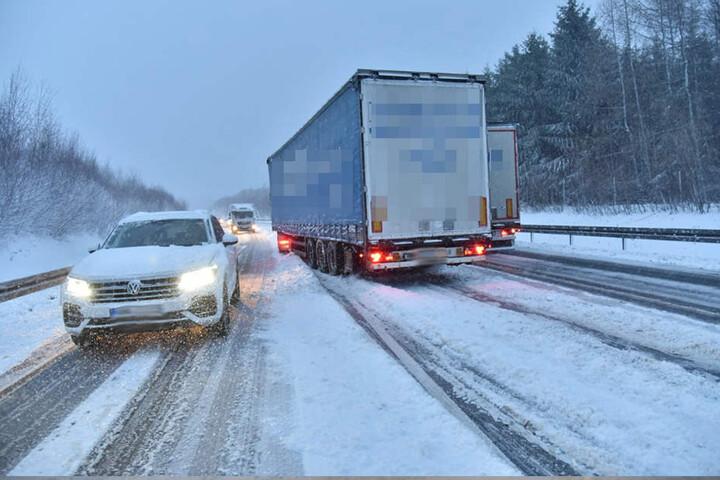 Trotz verschneiter Straße versuchen Lasterfahrer noch zu überholen.