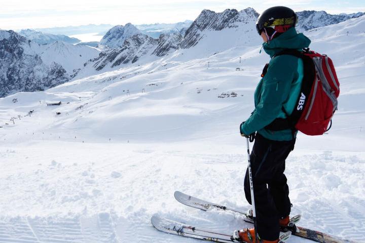 Skifahrer und Snowboarder können auf der Zugspitze am Freitag ihre ersten Schwünge ziehen. (Archivbild)