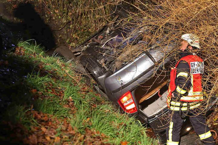 Die Fahrerin hatte eine Einfahrt verpasst und rutschte die Böschung hinab.