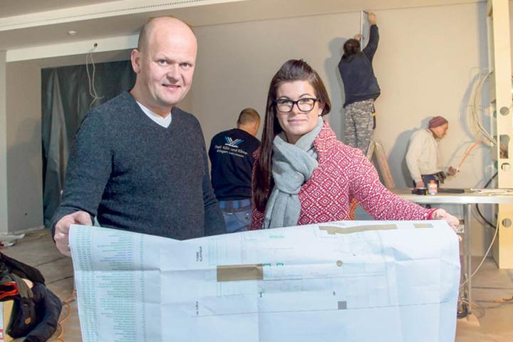 Carsten Rühle (48) und seine Frau Carolin (37) vergleichen den Fortschritt der Bauarbeiten mit dem Bauplan.