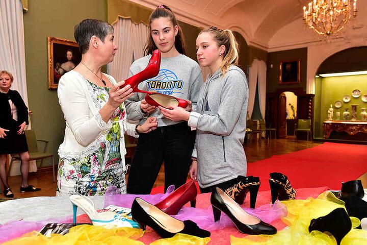 Für ihre Jugendweihe lassen sich Jolina Lenz und Maylea Schmidt (beide 14) von Ute Lohs bei der Schuhauswahl beraten.