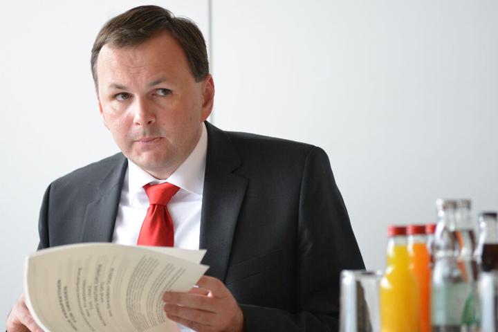 """André Schollbach (41, Linke) nennt OB Hilbert nur """"Herr Vorsitzender des Stadtrates""""."""