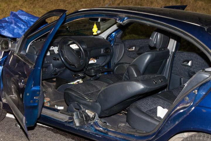 Eine eingeklemmte Person musste von der Feuerwehr aus dem Wagen befreit werden.