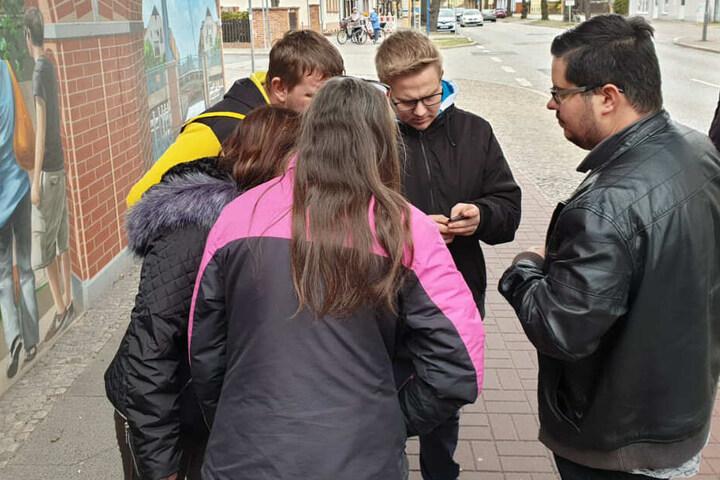 Junge Männer suchen in Henningsdorf nach Hinweisen zu Rebecca.