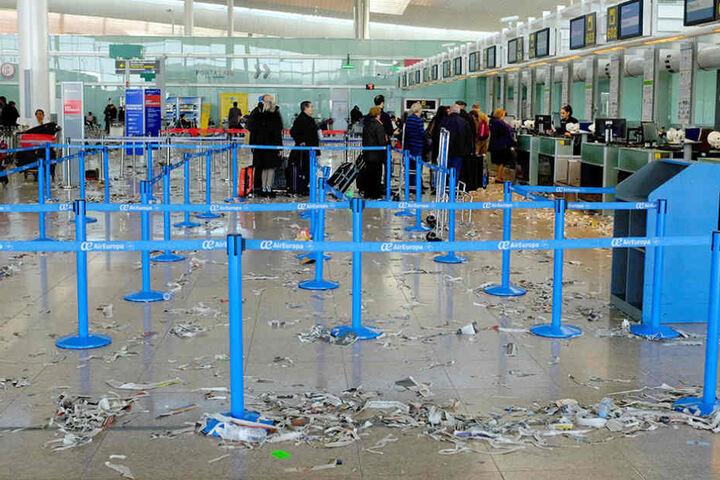 Im Flughafen El Prat in Barcelona sieht es aus wie auf einer Müllhalde.