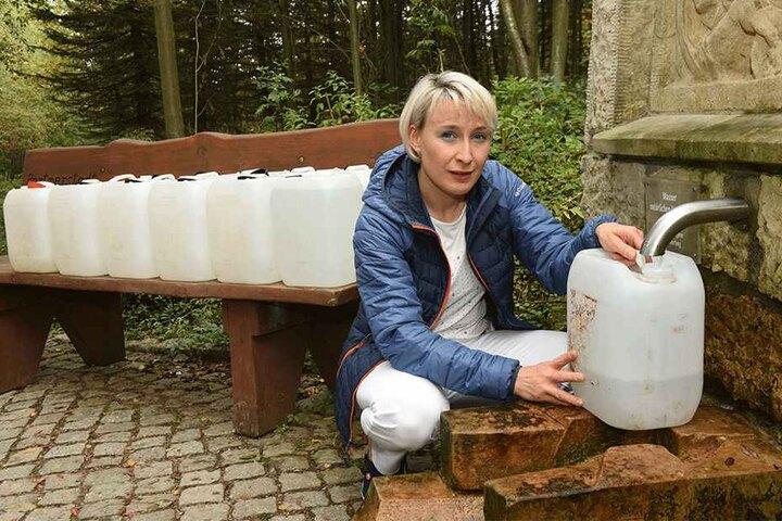 Weil der Brunnen an ihrem Haus seit Monaten versiegt ist, darf sich die Altenbergerin Mandy Schmieder (42) mit Genehmigung an einer öffentlichen Quelle bedienen. Doch selbst dort wird das Wasser langsam knapp.