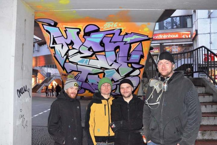 Auch die Graffiti-Künstler Alex, Lukas Michalski, Dima und Fiete (von links) haben bei der Verschönerung mitgemacht.