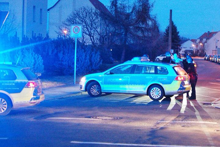 Die Einsatzkräfte riegelten die ganze Straße ab.