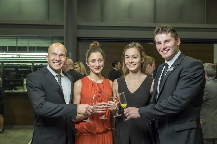 Franz Anton, Rebekka Anton, Julia Küchler und Tom Liebscher (v.l.n.r.) stoßen auf einen aufregenden Abend an.