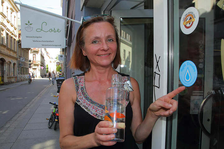"""Berit Heller (49) ist eine der rund 20 Ladeninhaber in Dresden, die sich am """"Refill""""-Projekt beteiligen. Bei ihr gibt's Wasser für alle - kostenlos."""