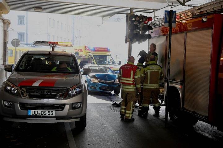 Das Auto sowie die Ampel wurden beschädigt.