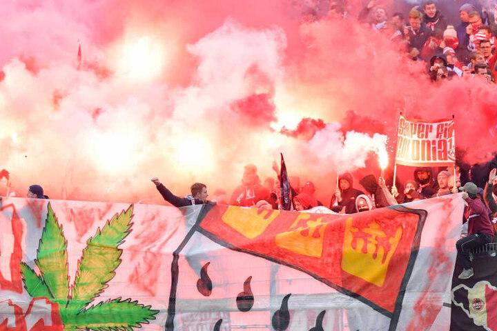 Pyrotechnik und Fußball gehört für einige Fußball-Anhänger weiterhin zusammen.