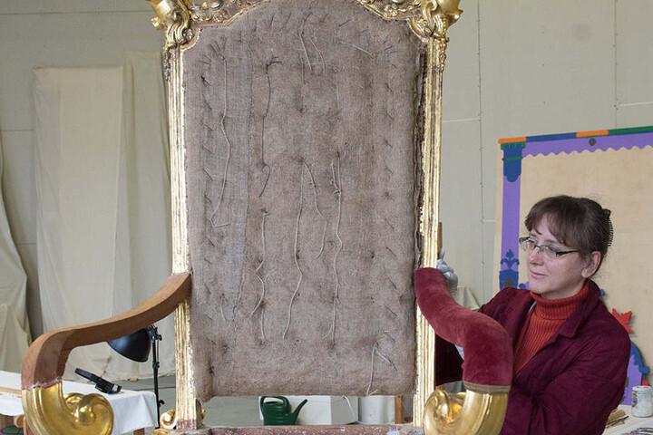 Aus Lindenholz geschnitzt, mit Samt bezogen, vergoldete Silberfäden - der  Audienzstuhl August des Starken blieb erhalten. Restauratorin Sylvia Putzschke  begutachtete das Schmuckstück.