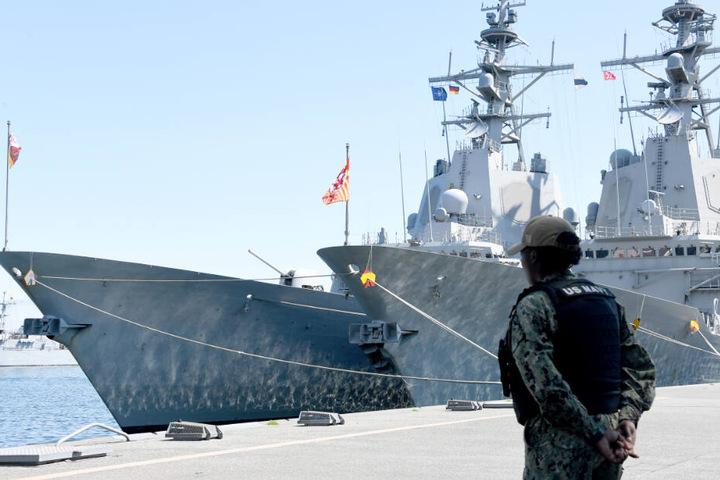 """Auch die spanischen Fregatten """"Juan de Borbón"""" (links) und """"Cristóbal Colón"""" liegen in Kiel."""