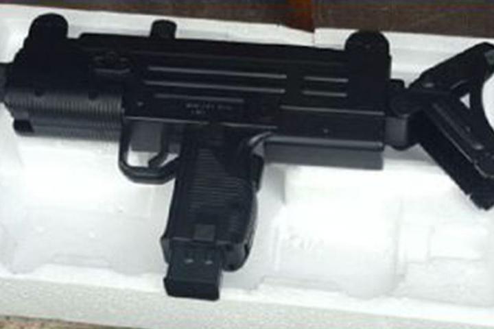 Die Polizei stellte die Spielzeugpistole aus Plastik sicher.