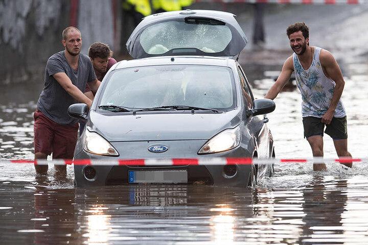 Heftige Gewitter mit Starkregen hat große Teile des Rheinlands lahmgelegt!