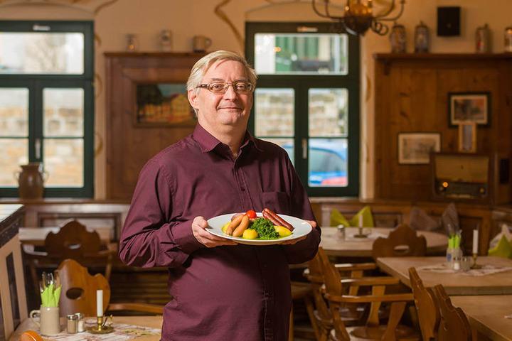 Wirt Uwe Engert (54) serviert neben Rotkohl, Weißkohl und Wirsing auch Grünkohl mit geräucherten Würstchen.