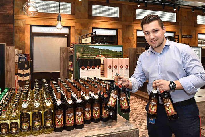 Standortleiter Matthias Mager (27) räumt bereits die Regale im neuen Duty-free-Shop ein.