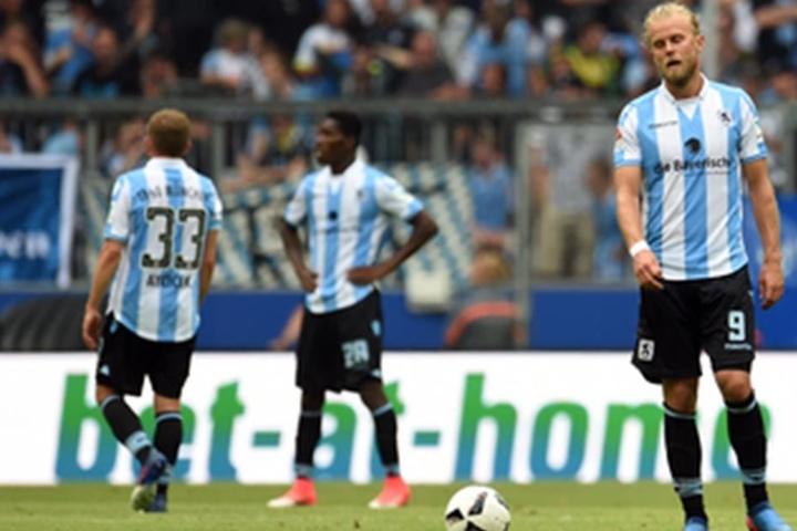 Nach dem Gegentreffer zum 0:2 lassen die Müncher Kicker die Köpfe hängen.